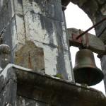 Detalle del reloj del sol y la campana de la capilla del Cristo, Xedré
