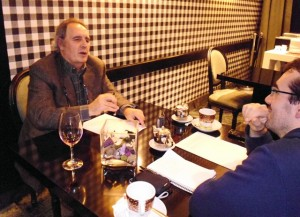 Pepe Avello conversando con Alfonso López Alfonso